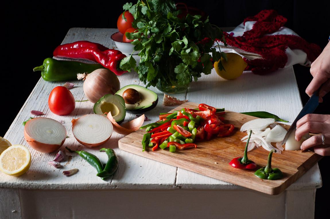 Tacos de fajitas de pollo con guacamole
