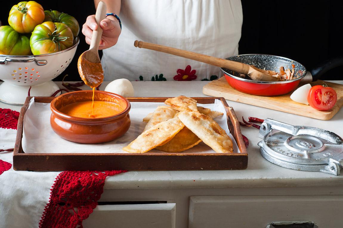 Empanadas de pollo con salsa roja