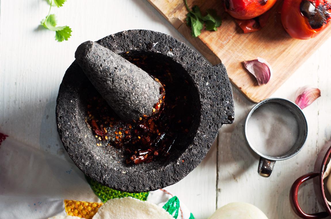 Salsa roja molcajeteada de chile de árbol