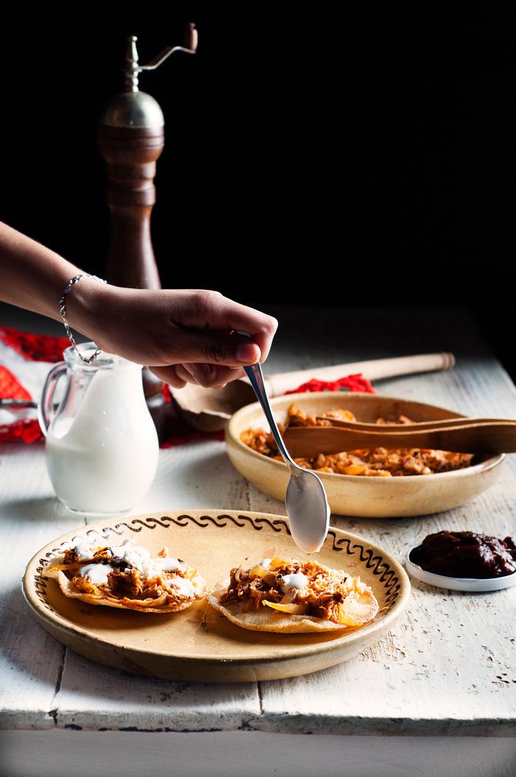 Tinga de pollo con chile chipotle