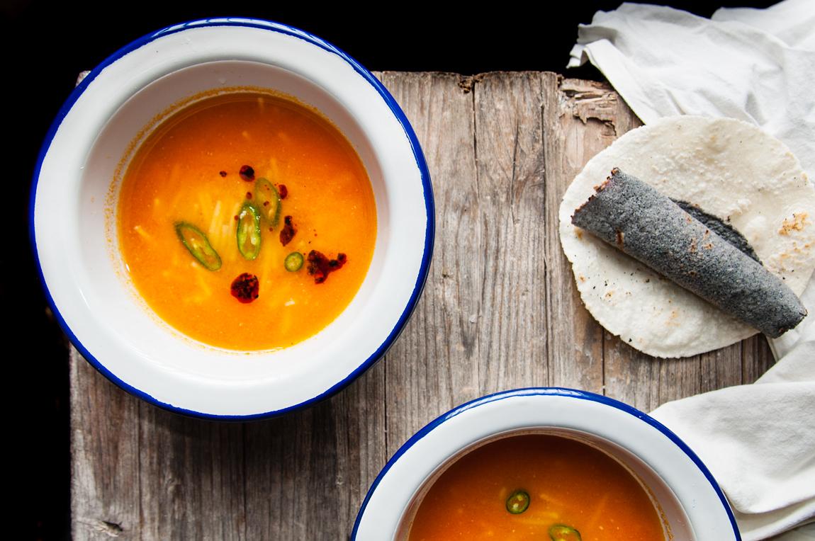 Sopa de fideo y tomate