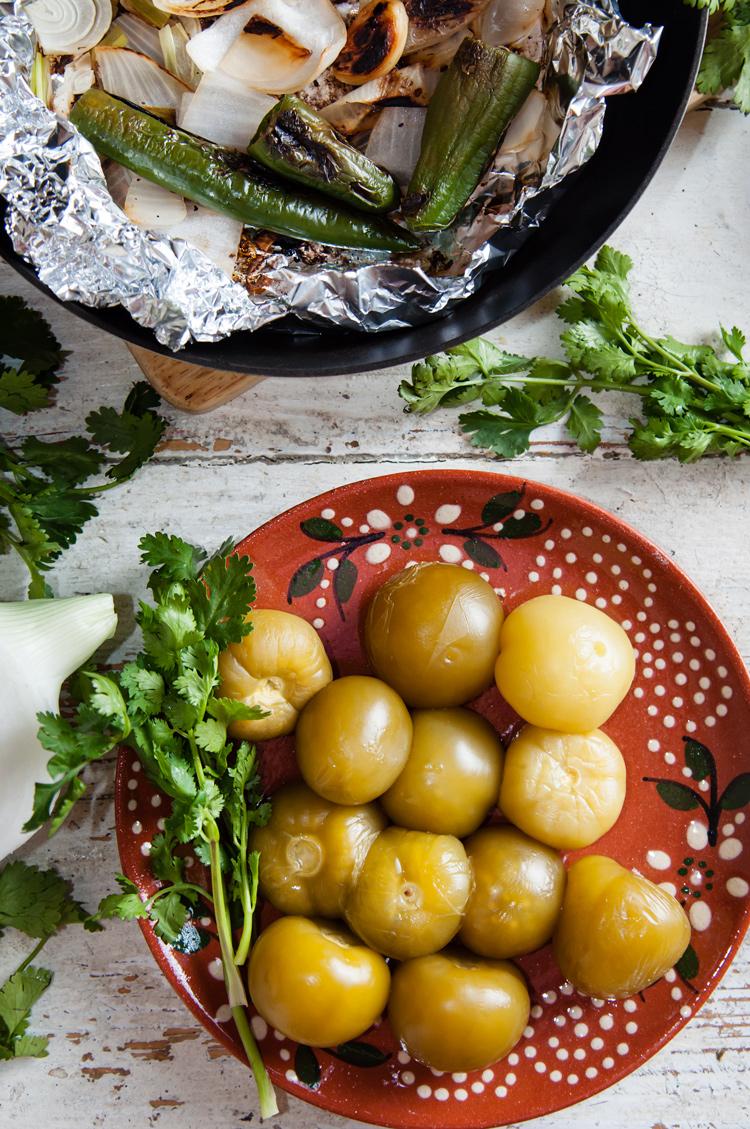 Tomatillos y chiles tatemados